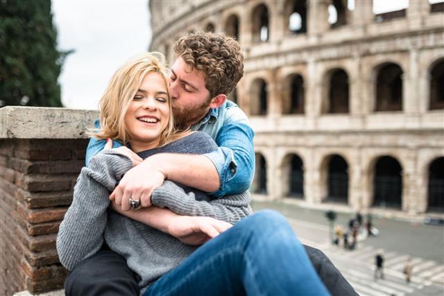Küssendes Paar im Urlaub